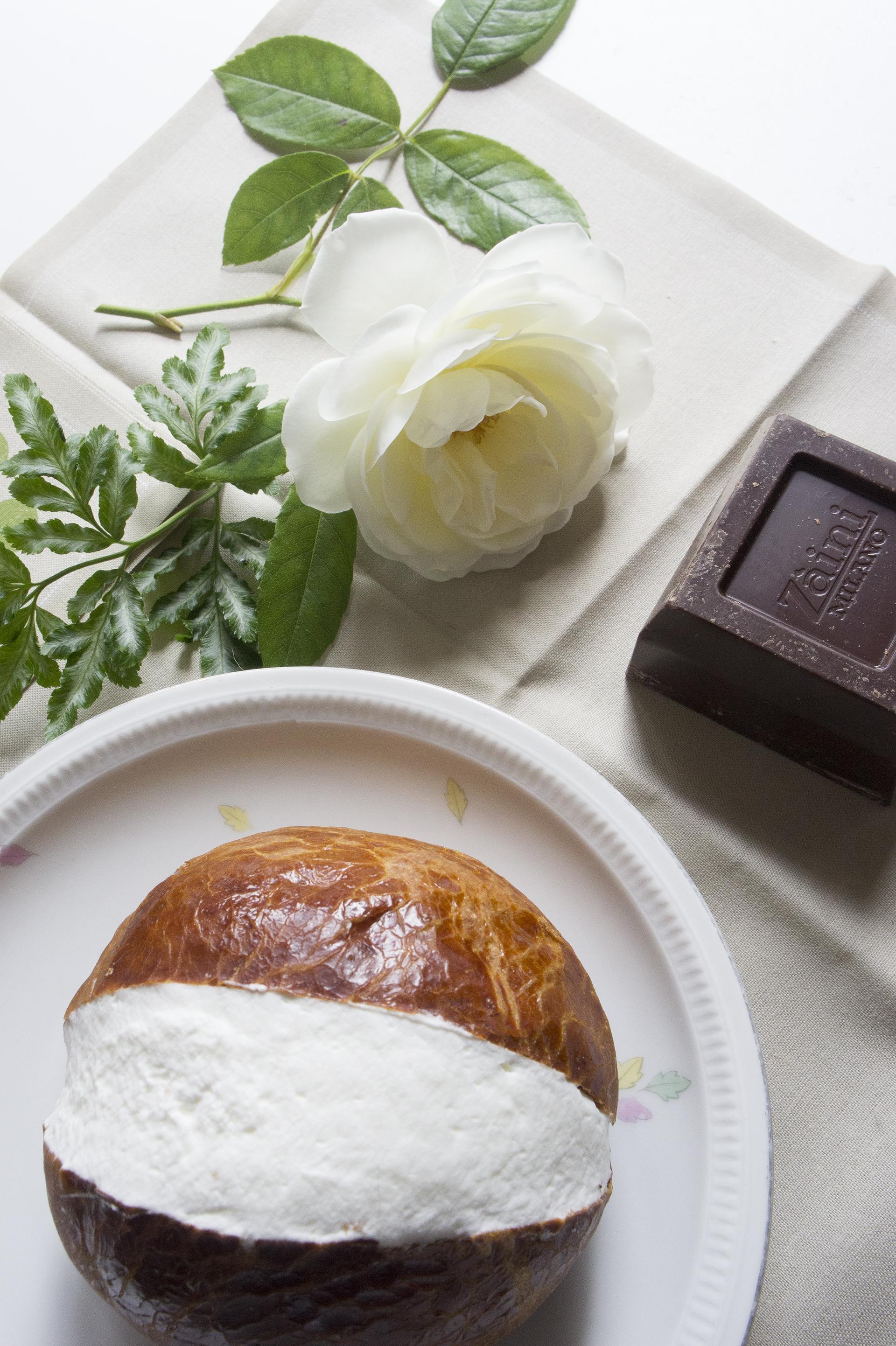 Maritozzo-al-cioccolato-con-panna