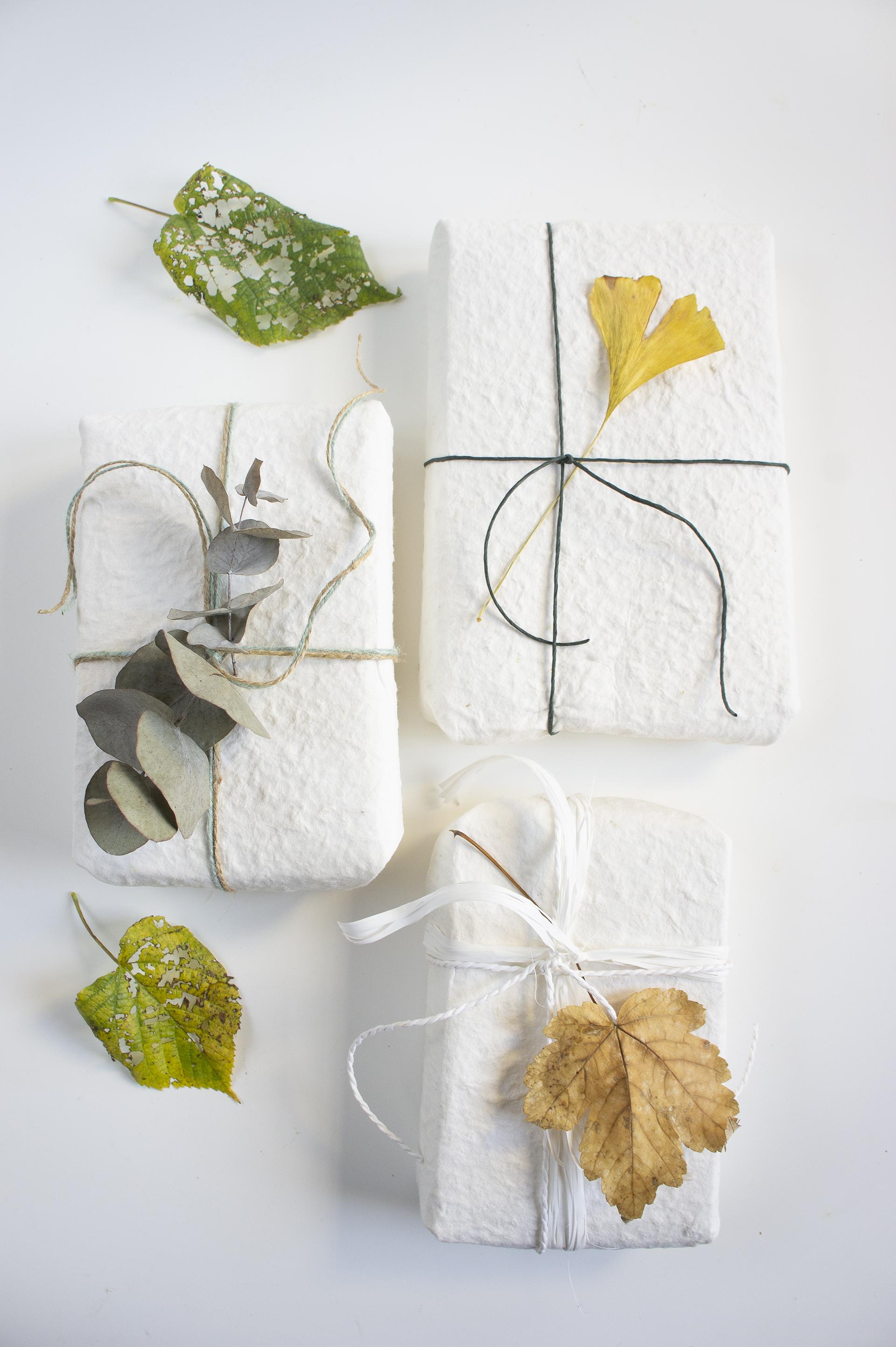 pacchetti-regalo-con-foglie-asiatiche